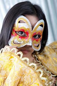 Головные уборы, маски, парики